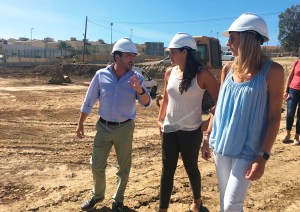 Lorena Miranda -en el centro-, en una visita a las obras de la pista de atletismo