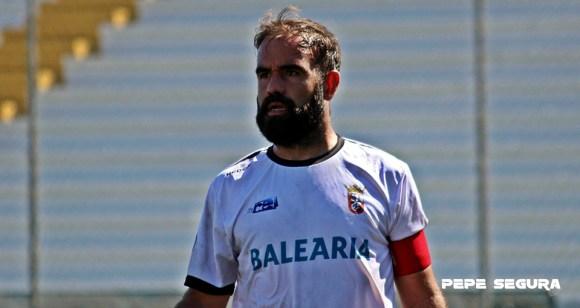 El capitán del Ceuta, Víctor González, celebra el gran momento del equipo caballa