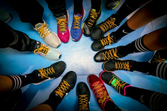 Jugadores ceutíes muestran los cordones dorados solidarios en sus zapatillas