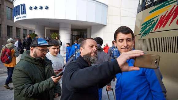 Un aficionado, haciéndose un selfi con Mikel Oyarzabal a las puertas del hotel Puerta de África