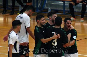 Jugadores del Elche celebran el gol del empate en el 'Guillermo Molina'