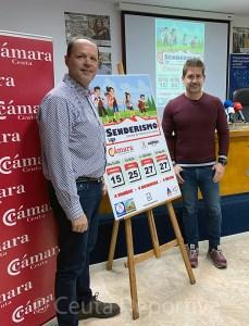 Miguel Martínez y Karim Bulaix, junto al cartel de la I Liga de Senderismo