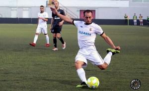 Ismael César golpea el balón en el partido ante el Utrera