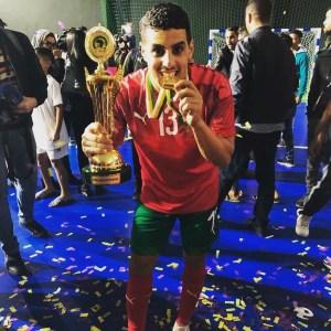 Hamza, con la Copa de África y la medalla de campeón que Marruecos ganó ante Egipto