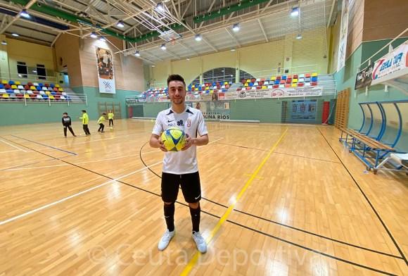 Rubén se llevó un balón firmado por sus compañeros tras sus 5 goles ante el Rivas