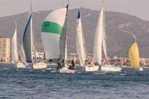 Varias embarcaciones, durante una prueba del Interclubes, con Gibraltar al fondo