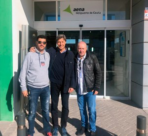 Javier Soler, flanqueado por el presidente y el vicepresidente de la Federación de Tenis de Ceuta