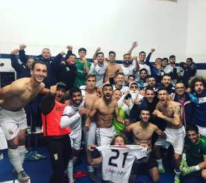 Jugadores del Ceuta celebran uno de sus triunfos de la temporada ya concluida para el conjunto blanco