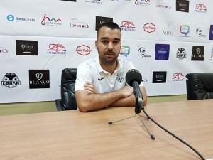 Lázaro Canto, entrenador del Conil CF, en la sala de prensa del Alfonso Murube