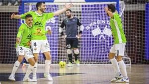 Hamza Maimon (i) abraza a un compañero para celebrar un gol del Palma Futsal