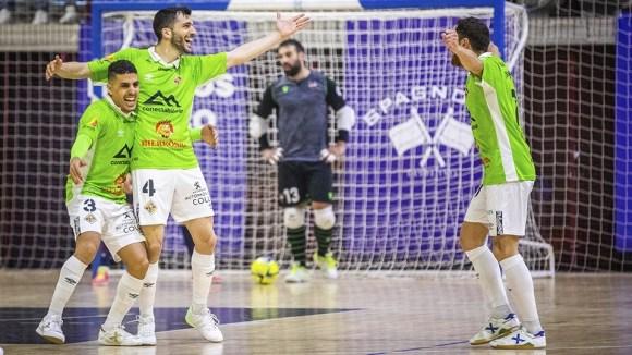 Hamza Maimon, a la izquierda, celebra un gol con dos compañeros del Palma Futsal