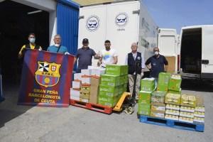 Momento de la entrega de la donación de la Peña Barcelonista al Banco de Alimentos