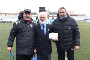 Harrus y Al-lal Matteis, en la entrega de una placa de homenaje al veterano atleta Dudú
