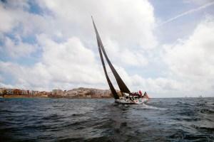 Imagen de un velero cerca de la Bahía de Ceuta