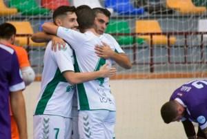 Jugadores del Elche -uno de los aspirantes al ascenso a Primera- celebran un gol ante el Ceutí