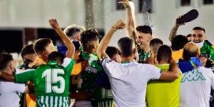 Integrantes del Betis Deportivo celebran su regreso a Segunda División B