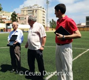 Castillo (i) fue homenajeado por el CD Natación Ceuta en su campus en 2013