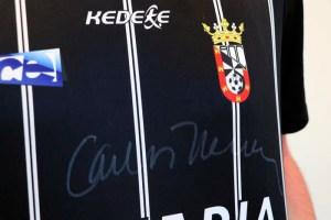 La camiseta del Ceuta, firmada por el popular comunicador
