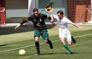 Pablo García, a la derecha con la camiseta de la selección andaluza, pelea por un balón en la final de la Copa Regiones UEFA
