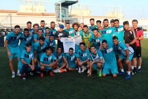 El técnico del Camoens visitó al Ceuta la pasada temporada y la plantilla le regaló una camiseta de recuerdo
