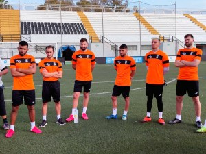 Varios jugadores del Ceuta, antes del primer entrenamiento