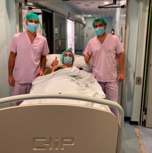 Dani Ramos, junto a los doctores que le han operado de su lesión de rodilla