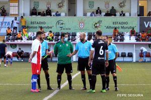 Los capitanes del Ceuta y el Algeciras, con el cuarteto arbitral