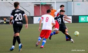 Pliego dispara con la oposición de un jugador del Algeciras