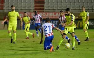 Borja, con el balón, durante el Algeciras - AD Ceuta de esta pretemporada