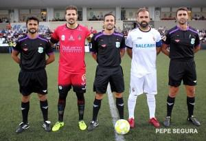 Cruz Navarro, con sus asistentes y los capitanes del Ceuta y el Puente Genil, la pasada temporada en el Murube