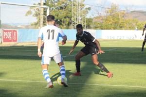 Benji, ante un jugador del Arcos, en la última visita de los blancos al Antonio Barbadillo, que acabó con empate a cero