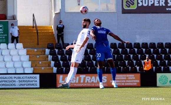 Borja disputa un balón aéreo durante el Ceuta - Xerez DFC de esta temporada