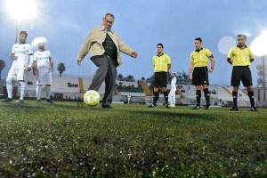 Alonso Ramírez y sus asistentes observan el saque de honor de Paco Anta antes del Ceuta - Pozoblanco de la temporada pasada