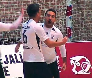 Rubén abraza a Manu Orellana tras anotar el empate a uno