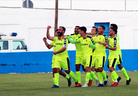 Víctor González festeja con varios de sus compañeros el gol del triunfo en Arcos