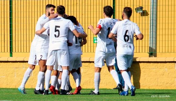 Los jugadores del Ceuta celebran el gol de penalti de Melo en el choque ante el Xerez CD