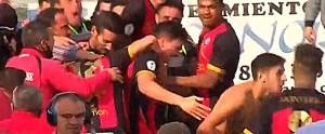 Momento en el que aficionados del Cabecense invaden el campo para festejar el segundo gol con los jugadores locales