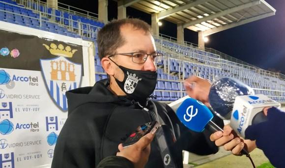 José Juan Romero, atendiendo a los medios tras el partido en Arcos