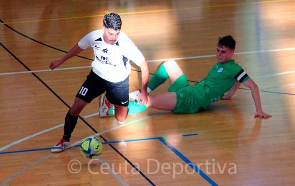 Anuar, con el balón, durante el Ceutí - Santiago de la pasada temporada