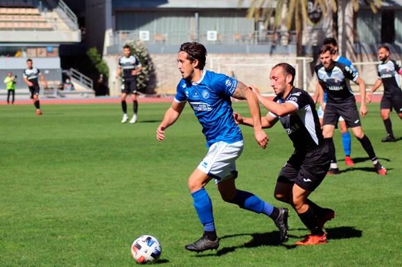 Ismael César intenta frenar el avance de un jugador del Xerez DFC