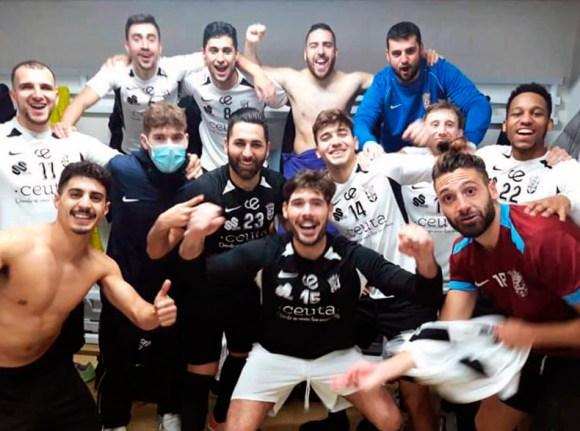 Los jugadores de la UA Ceutí celebran en vestuarios su clasificación para la fase de ascenso