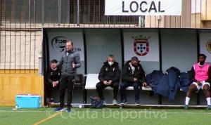 José Juan Romero, dando instrucciones a sus jugadores desde el banquillo caballa
