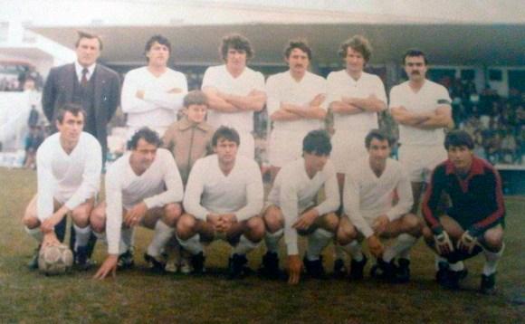 El argentino también jugó en el Ceuta en la camapaña 81-82 en Segunda B. En la foto, el segundo por la izquierda agachado