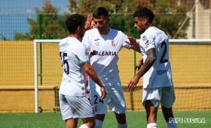 Capa, entre David León y Benji, en el partido del domingo ante el Cabecense