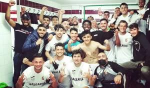 Los jugadores del Ceuta celebran en los vestuarios del 'Pirri' la victoria ante el Arcos