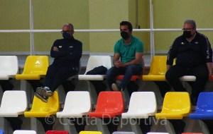 Óscar García, a la izquierda, vio el partido desde la grada por sanción
