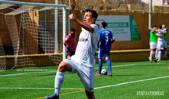 Alberto Reina celebra con rabia el gol que abría el camino de la victoria para el Ceuta