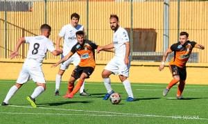 Víctor González, delante del balón, durante el Ceuta - Xerez CD de la primera vuelta