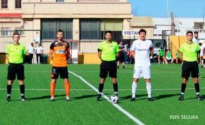 Hidalgo Márquez, junto a sus asistentes y los capitanes de AD Ceuta FC y Xerez CD