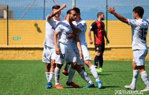 Jugadores del Ceuta celebran el gol de Ismael César ante el Cabcense, último partido en casa de los blancos
